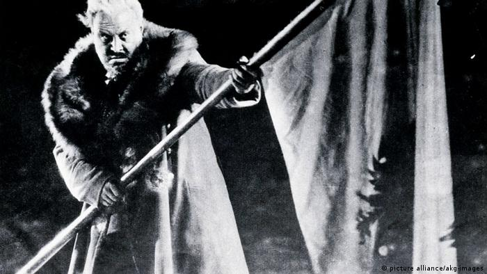Emil Jannings waves a flag in the film The last Command (picture alliance/akg-images)