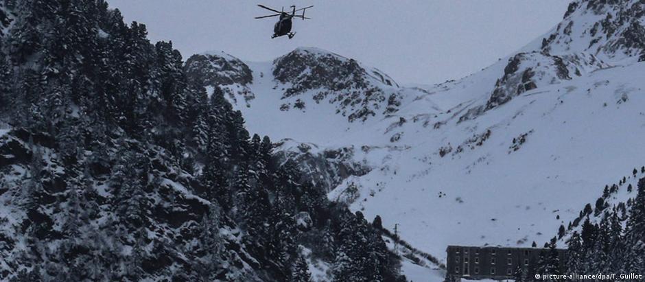 Helicóptero é usado para localizar militares desaparecidos após avalanche em Valfréjus, nos Alpes franceses