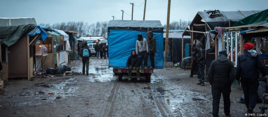 Voluntários ajudam moradores na mudança em Calais