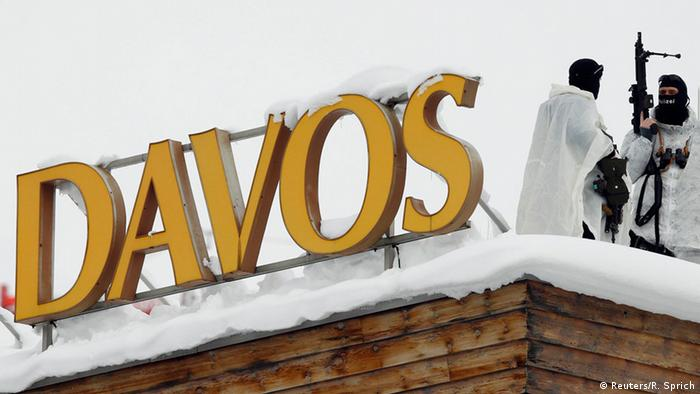 Швейцарские снайперы на крыше одного из отелей, где проходят заседания Международного экономического форума в Давосе