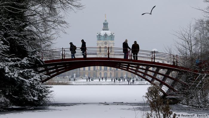 Deutschland Winterlandschaft Berlin Schloss Charlottenburg