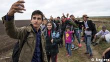 """Ein Flüchtling macht ein """"Selfie"""" beim Marsch durch Ungarn"""