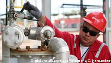 2010 *** A picture dated January 2010 shows oil worker from Petroleos de Venezuela PDVSA, working on an oil facility in Cabimas, Zulia State in Venezuela. The Venezuelan Foreign Minister Nicolas Maduro said on May 26, 2011 that suspended oil shipments to the United States in response to sanctions against the state oil company PDVSA, would be an extreme measure. Photo: Carlos Hernandez/ dpa Copyright: picture-alliance/dpa/A. Ernesto