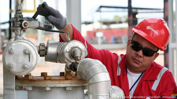 En la imagen, un trabajador de PDVSA en la planta de Cabimas, estado Zulia. (Archivo)