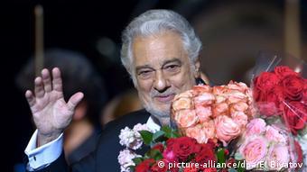 Λουλούδια για τον Ντομίνγκο μετά από παράσταση στη Μόσχα