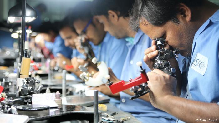 Indien Diamantenpolierer in der SRK Export Fabrik in Surat (DW/A. André)