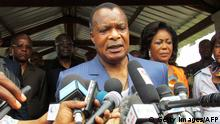 ARCHIV 2015 *** Congolese President Denis Sassou Nguessou talks to the media after voting on October 25, 2015 in Brazzaville. People in the Republic of Congo began voting in a referendum today on whether longtime President Denis Sassou Nguesso can seek a third term in office that has sparked clashes in the oil-producing country. AFP PHOTO (Photo credit should read -/AFP/Getty Images) © Getty Images/AFP