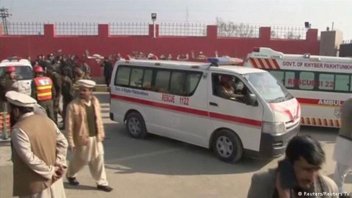 Машина скорой помощи на территории студенческого кампуса