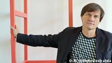 ****ACHTUNG Nur zur einmaligen Verwendung in Zusammenhang mit der aktuellen Berichterstattung über Sergej Zakharov!***** Sergej Zakharov, ukrainischer Künstler, bei der Ausstellungseröffnung in Berlin am 18.01.2016 @ M. Glubokyi/Isolyatsia