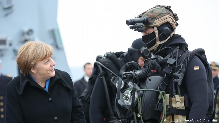 Deutschland Merkel am Marinestützpunkt in Kiel