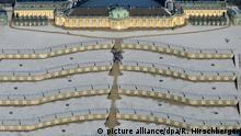 19.01.2016 *****Touristen gehen am 19.01.2016 in Potsdam (Brandenburg) über die verschneiten Terrassen des Schlosses Sanssouci und werfen dabei lange Schatten, fotografiert aus einem Flugzeug. Foto: Ralf Hirschberger/dpa (ACHTUNG: Nur zur redaktionellen Verwendung im Zusammenhang mit der aktuellen Berichterstattung) +++(c) dpa - Bildfunk+++ @ picture alliance/dpa/R. Hirschberger