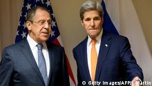 Russlands Außenminister Sergej Lawrow (l) mit seinem US-Amtskollegen John Kerry (r)