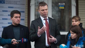 Заступник голови місії ОБСЄ Александер Гуґ (в центрі)