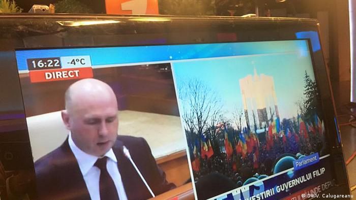 Экран телевизора: сообщение о назначении нового премьера Молдавии на фоне массовых протестов