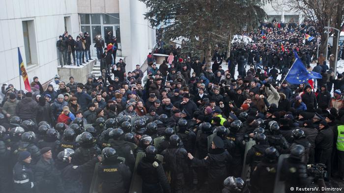 Протестующие вплотную сошлись с полицией у здания парламента в Кишиневе