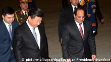 epa05114019 A handout photograph made available by the Egyptian Presidency shows Egyptian President Abdel Fattah al-Sisi (R) receiving the Chinese President Xi Jinping (2-L) in Cairo, Egypt, 20 January 2016. Chinese President Xi Jinping arrived for a two-day official visit. EPA/EGYPTIAN PRESIDENCY/HANDOUT HANDOUT EDITORIAL USE ONLY/NO SALES Copyright: picture-alliance/dpa/Egyptian Presidency/Handout