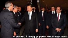 epa05114017 A handout photograph made available by the Egyptian Presidency shows Egyptian President Abdel Fattah al-Sisi (R) looking on as Chinese President Xi Jinping (C) shakes hands with unidentified officials upon arrival in Cairo, Egypt, 20 January 2016. Chinese President Xi Jinping arrived for a two-day official visit. EPA/EGYPTIAN PRESIDENCY/HANDOUT HANDOUT EDITORIAL USE ONLY/NO SALES +++(c) dpa - Bildfunk+++ Copyright: picture-alliance/dpa/Egyptian Presidency/Handout