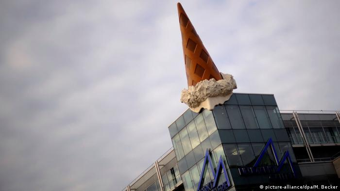 An ice cream cone atop a city building (picture-alliance/dpa/M. Becker)
