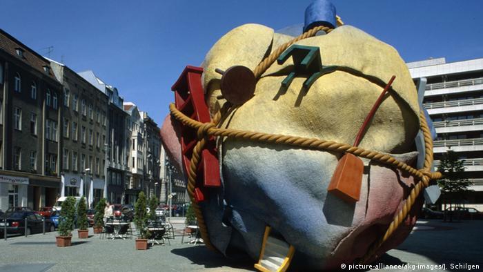 A bundle of belongings in a public square (picture-alliance/akg-images/J. Schilgen)
