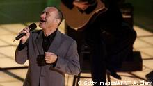 Bildunterschrift:LOS ANGELES, UNITED STATES: Singer Phil Collins performs his song 'You'll Be In My Heart,' which won the Best Original Song Oscar during the 72nd Academy Awards 26 March 2000 at the Shrine Auditorium in Los Angeles. The song was heard in the movie 'Tarzan.' AFP PHOTO Timothy A. Clary (Photo credit should read TIMOTHY A. CLARY/AFP/Getty Images)