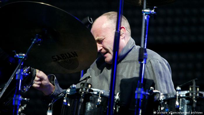 Phil Collins at the drumset, Copyright: picture alliance/united archives