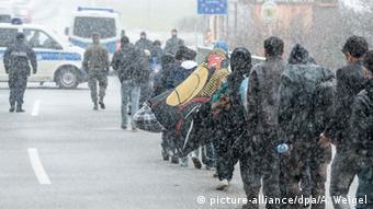 Беженцы переходят немецко-австрийскую границу