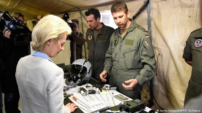Ursula von der Leyen mit Soldaten in Incirlik/Türkei (Foto: AFP/Getty Images)
