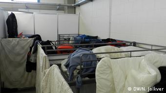 Внутри общежитие в Вюрцбурге разделено на отсеки. В каждом - стык в стык по несколько двухярусных кроватей.