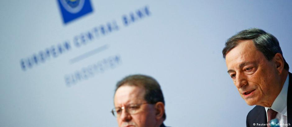Presidente do BCE, Mario Draghi (d), ao lado do vice-presidente Vítor Constâncio, em Frankfurt