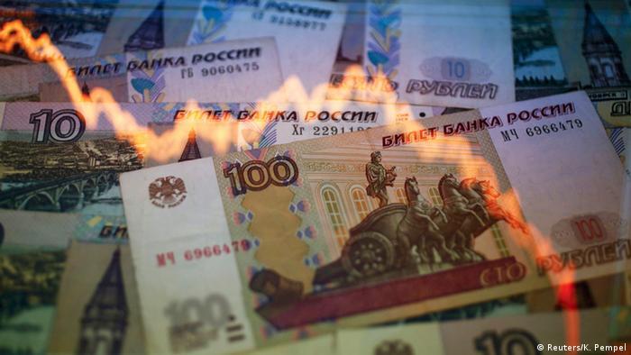 График, показывающий снижение показателей, на фоне российских рублей в разных купюрах