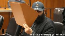 21.01.2016+++ Der mutmaßliche Islamist Halil D. (r) betritt am 21.01.2016 das Landgerichts in Frankfurt am Main (Hessen) und verdeckt dabei sein Gesicht mit einer Mappe. Neben ihm steht sein Verteidiger Ali Aydin (l). Der 35-Jährige Halil D. soll einen Terroranschlag auf eine Großveranstaltung geplant haben. Der Deutsche mit türkischen Wurzeln ist deshalb wegen der Vorbereitung einer schweren staatsgefährdenden Gewalttat angeklagt. Die Staatsschutzkammer soll unter anderem die Frage klären, ob es Halil D. auf das traditionelle Radrennen durch den Taunus abgesehen hatte. Foto: Boris Roessler/dpa +++ (C) picture-alliance/dpa/B. Roessler