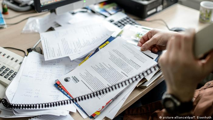 Documents on a desk (picture-alliance/dpa/T. Eisenhuth)
