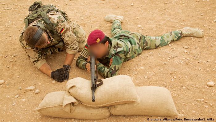 Instructor german formează un luptător kurd