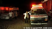 21.01.2016 *** Two ambulances stand on the scene of a bomb attack on January 21, 2016 at Lido Beach, in Mogadishu. A car bomb exploded at a popular seaside restaurant in the Somali capital, with intense gunfire following the blast. There was no immediate claim of responsibility for the attack, but Al-Qaeda-linked Shebab insurgents have carried out a string of similar bombings in the past. / AFP / MOHAMED ABDIWAHAB (Photo credit should read MOHAMED ABDIWAHAB/AFP/Getty Images) © Getty Images/AFP/M. Abdiwahab