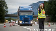 14.09.2015 *** ARCHIV - Eine Polizistin winkt am 14.09.2015 an der Anschlussstelle Bad Reichenhall der Autobahn A8 von Salzburg nach München (Bayern) ein Fahrzeug in die Grenzkontrollstelle. Foto: Matthias Balk/dpa (zu dpa Schwieriges Jahr für Fuhrunternehmen - Flüchtlingssituation belastet vom 05.12.2015) +++(c) dpa - Bildfunk+++ Copyright: picture-alliance/dpa/M. Balk