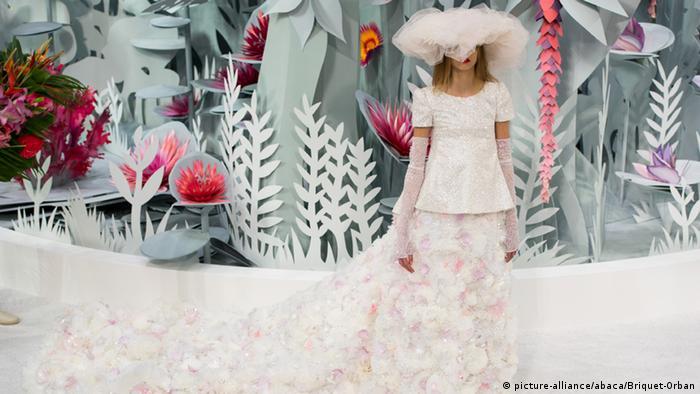 d7eb2554a2607 Quinze costureiras trabalham um mês numa cauda de vestido de noiva da Casa  Chanel