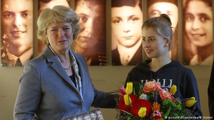 Deutschland Monika Grütters mit Daniela Horn am Denkmal für die ermordeten Juden Europas (Foto: picture-alliance/dpa/W. Kumm)