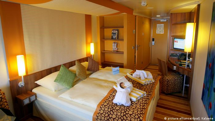 Cruis ship AIDAbella - interior of cabin with double bed (picture-alliance/dpa/J. Kalaene)