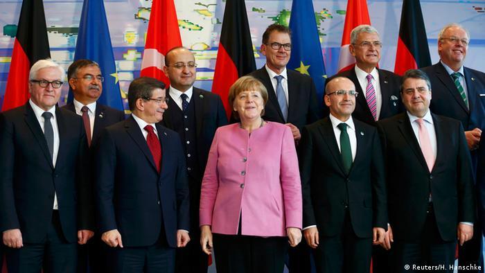Deutschland Angela Merkel und Ahmet Davutoglu mit Kabinettsmitgliedern