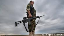 06.11.2015 **** An der Front westlich von Tawuq, Nähe Kirkurk, Nordirak, Kurdistan, halten Peshmerga Kämpfer ihre Stellungen. Die Milizen des Islamischen Staates sind ca. 2 km entfernt. Hier ein Kämpfer mit einem deutschen G36-Gewehr. @ imago/Sebastian Backhaus
