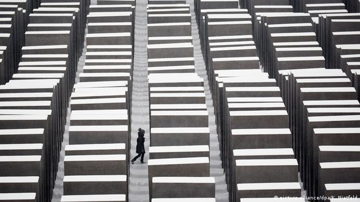 Holocaust-Mahnmal in Berlin (picture-alliance/dpa/K. Nietfeld)