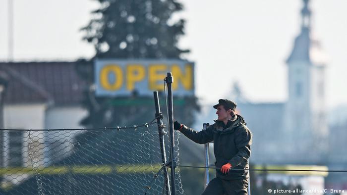 Flüchtlinge Grenze Slowenien Österreich Soldat Zaun Bau