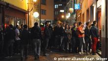 Junge Menschen stehen vor einer Diskothek in Freiburg