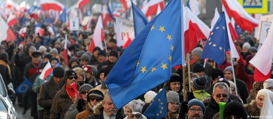 Bandeiras da União Europeia são comuns em protestos contra o governo polonês
