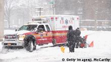 USA New York Blizzard Schneesturm Krankenwagen