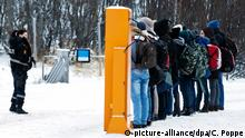 FILE - epa05028583 Refugees receive instructions from a Norwegian police officer after crossing the the border between Norway and Russia in Storskog, near Kirkenes in Northern Norway, 16 November, 2015. EPA/CORNELIUS POPPE (zu dpa Norwegen verschärft Asylgesetz: Abweisen schon an der Grenze vom 20.11.2015) +++(c) dpa - Bildfunk+++ Copyright: picture-alliance/dpa/C. Poppe