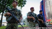 25.01.2016+++ Malaysian military personnel and policeman stand guard outside a shopping mall in Kuala Lumpur, Malaysia, Monday, Jan. 25, 2016. Malaysia's leader has defended strict security laws to fight terrorism as the Islamic State group warned of revenge over a crackdown on its members. (AP Photo/Joshua Paul) +++ (C) picture-alliance/AP Photo/J. Paul