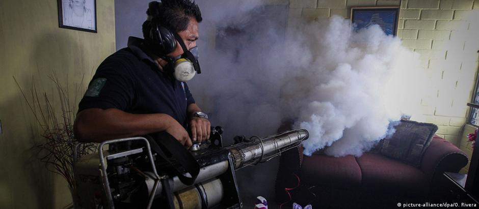Funcionário do serviço de saúde de El Salvador aplica inseticida contra mosquito transmissor do vírus