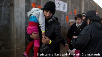 Για απάνθρωπες συνθήκες για τους πρόσφυγες στην Ελλάδα -ενδεχομένως με πολιτική σκοπιμότητα- κάνει λόγο η γερμανική έκθεση