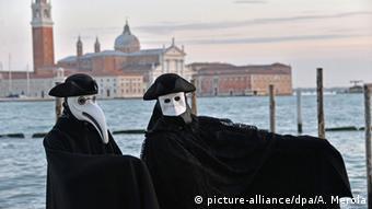Lagunenstadt Venedig mit Maskierten, Foto: picture-alliance/dpa/A. Merola
